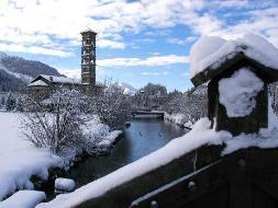 Снег на крыше коттеджа